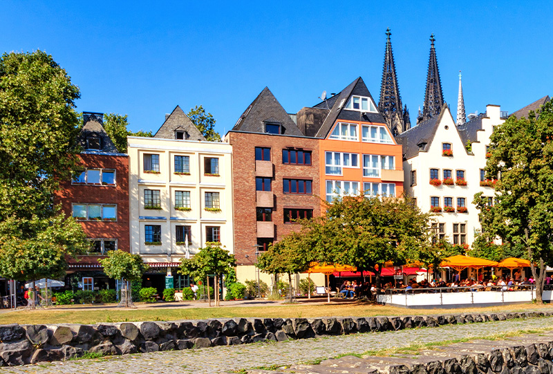 Die Altstadt am Rheinufer in Köln
