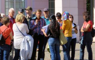 Gruppe bei einer Stadtführung in Dresden